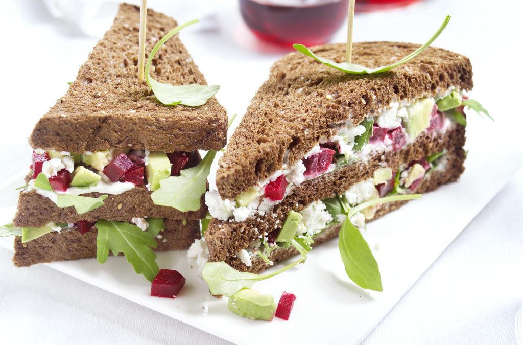 Clubsandwich met avocado, biet en geitenkaas