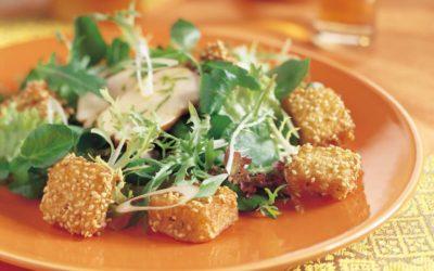 Thaise kipsalade met sesam-croutons