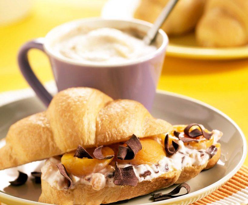 Croissants met abrikozen en chocolade