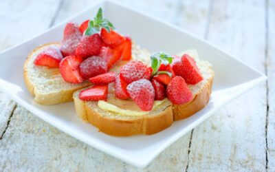 Sneetje brood met sinaasappelboter en aardbeien
